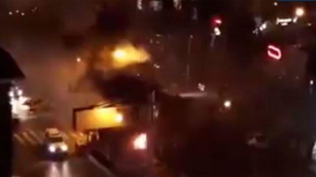 """ویدئویی که از کرمانشاه درباره """"آتش زدن کانکس پلیس"""" فرستاده شده"""