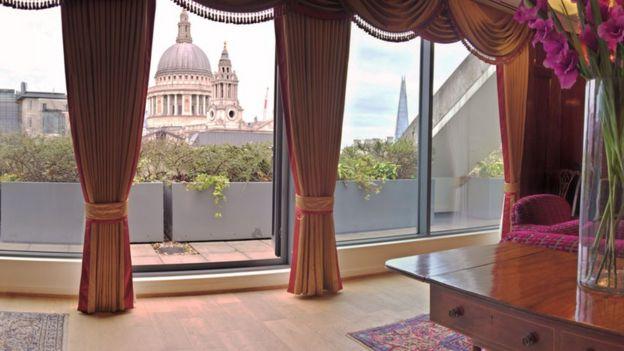 Firma Vardag punya kantor pusat yang menghadap katedral St Paul's di London.