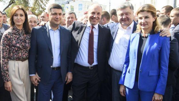 Володимир Гройсман з дружиною, Андрій Парубій, Петро Порошенко з дружиною