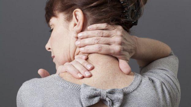 Mujer con las manos en el cuello