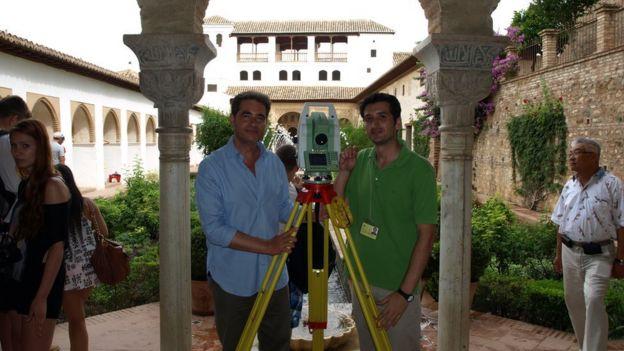 Juan Castilla Brazales junto a uno de sus colaboradores, el arquitecto técnico Francisco Antonio Castro Pérez, en el Patio de la Acequia, en el Generalife