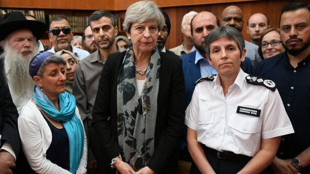 İngiltere Başbakanı Theresa May de camiyi ziyaret etti.
