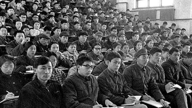 1978年清華大學學生在上課;穿著打扮實在不時髦,但看看同學們的眼神,便知道上大學對他們意味著什麼。