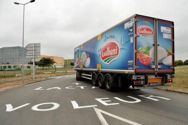 Camión de Galbani se dirige a la planta de Lactalis en Laval, Francia, el 29 de agosto de 2016.