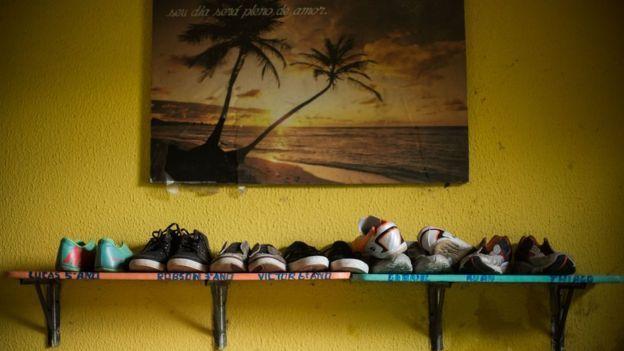 Hilera de zapatos de niños pequeños en un orfanato en el estado brasileño de Ceará