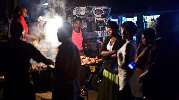 Barracas de comida de rua em Uganda