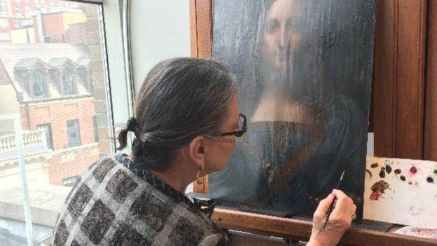 Dianne Modestini, restaurando la obra atribuida a Leonardo da Vinci que batió récords en una subasta.