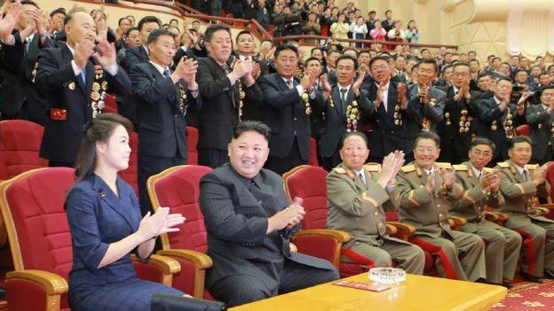 Ri Sol-ju junto a Kim Jong-un rodeados de personas
