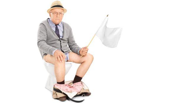 Señor en el inodoro con bandera blanca
