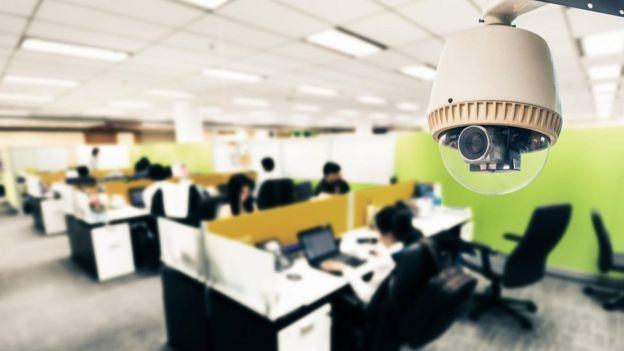 Una videocámara en una oficina