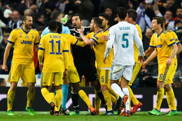 Jugadores de la Juventus protestando.