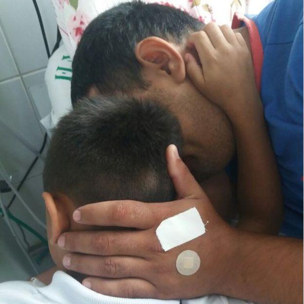 Anderson abraça filho no hospital
