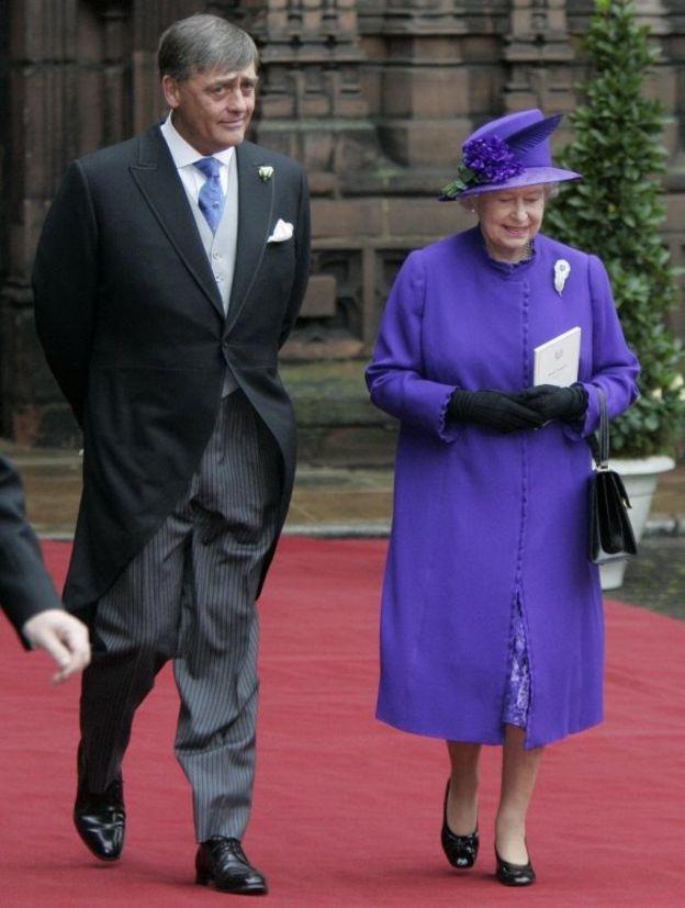 2004年に娘の結婚式に出席したウェストミンスター公爵とエリザベス女王