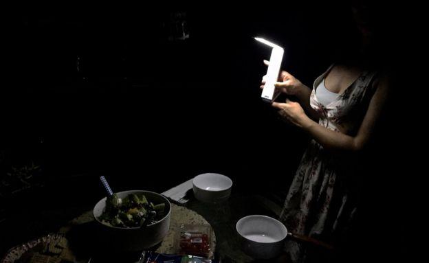 La artista italiana Katia Moltisanti a oscuras en su casa.