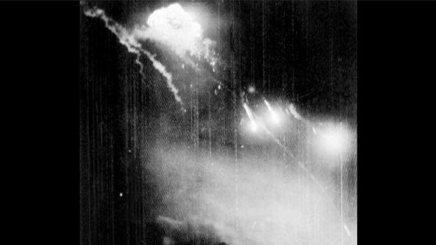 """Hình ảnh một chiếc B-52 bị trúng đạn nổ tung trên bầu trời Hà Nội trong đợt Mỹ ném bom 12 ngày đêm, từ ngày 18 - 29/12 năm 1972. Chiến dịch không tập của Mỹ mang tên Linebacker II trong khi Việt Nam vẫn biết đến với cái tên """"Điện Biên Phủ trên không"""""""