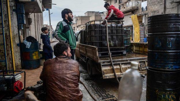 پخش نفت در شهر اعزاز سوریه، صادرات نفت قبلا از جنگ منبع درآمد اصلی این کشور بود