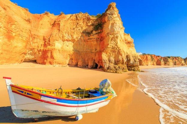 Una playa idílica con un bote