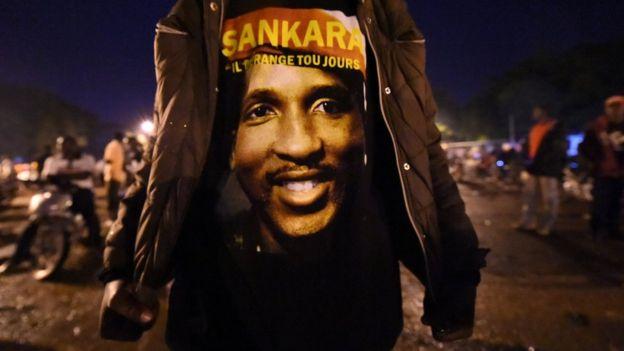 Pour ces millions de jeunes qui l'adulent, Sankara est aussi un leader proche de son peuple, un féministe, un altermondialiste, bref un héros continental au même titre que Mandela.