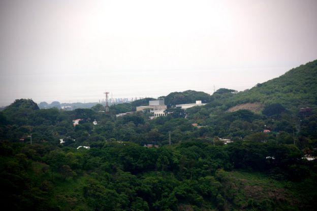 Embajada de Estados Unidos en Managua, vista desde el otro lado de la laguna de Nejapa.