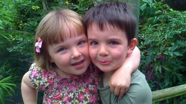 Niamh Storey Davidson con su hermano mellizo Zach