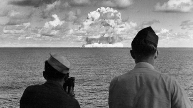 Oficiales navales de Estados Unidos observan una prueba nuclear en los años 50