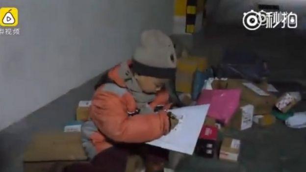 Menino fazendo entregas na China