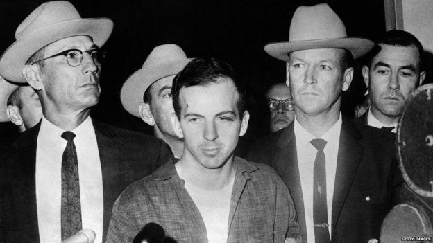 Lee Harvey Oswald waxa uu ahaa ninkii loo qabtay dilka Kennedy, balse labo maalmood kadib ayaa lagu hor dilay warbaahinta horteeda