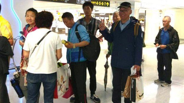 被问到是否遭到强制遣返,陆委会发言人邱垂正表示,张向忠相当配合,离开前还开心地合照。 (台湾移民署提供)
