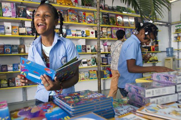 Niñas sonríen en una librería