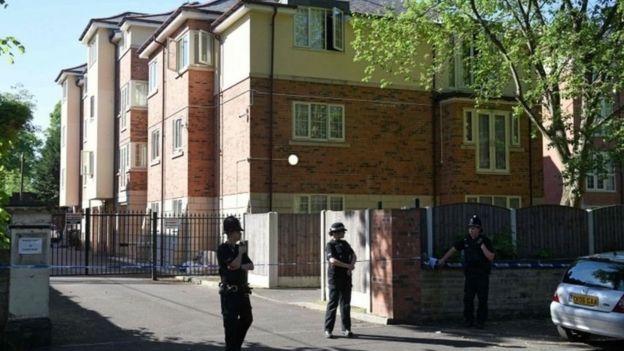 Edificio rodeado de policías