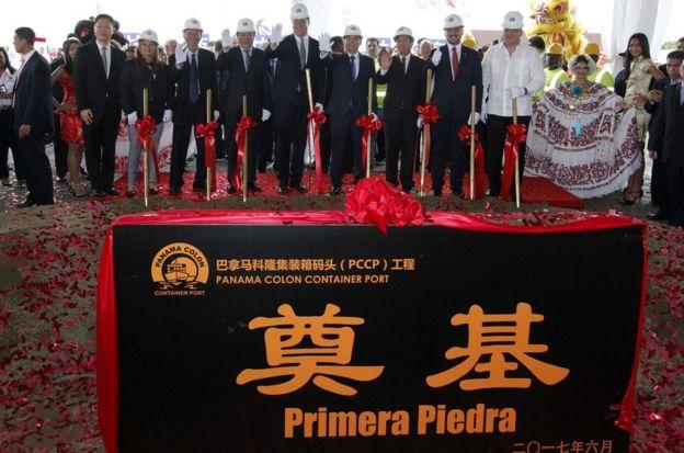 巴雷拉总统宣布与中国建交前两天,亲自为这位于大西洋岸长荣码头隔邻的岚桥集团港埠工程奠基,还宣布中方承诺将投入7.5亿美元建设并创造大量就业机会。