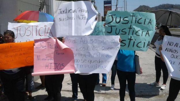 Un grupo de padres se manifiestan fuera del colegio pidiendo justicia