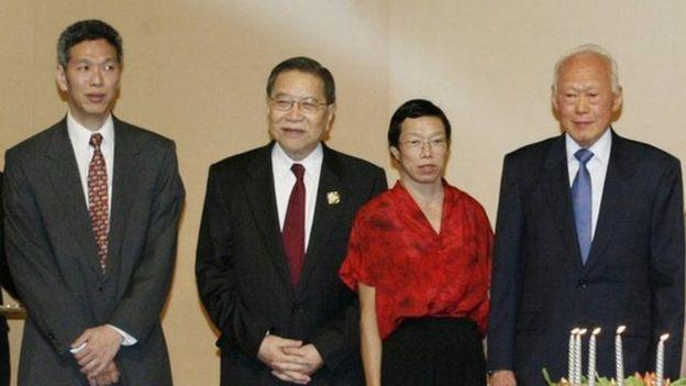 Bà Lý Vỹ Linh (thứ hai từ phải) và ông Lý Hiển Dương (trái) trong hình năm 2003