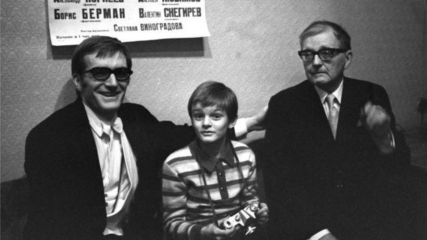 Три поколения Шостаковичей. Справа налево - композитор Дмитрий Шостакович, его внук, юный музыкант Дмитрий Шостакович и дирижер Максим Шостакович. 1972 год.