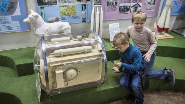 Conteiner de tamanho semelhante à capsula foi usado antes do lançamento, para que Lika se acostumasse a ficar quase imobilizada, num abiente pequeno.