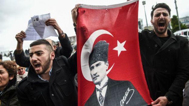 İstanbul Çağlayan Adliyesi'ne referandum sonuçlarına itiraz için gelenlerden bir kare