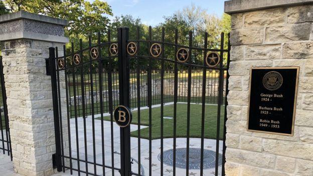 قبر خانواده بوش در محوطه کتابخانه و موزه ریاست جمهوری وی که در دانشگاه تگزاس 'ای اند ام' واقع است. باربارا بوش اینجا به خاک سپرده خواهد شد