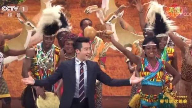 Le sketch aurait été destiné à promouvoir l'amitié sino-africaine.