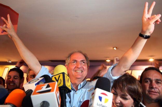 Ledezma celebra su victoria electoral en 2008 frente a periodistas.