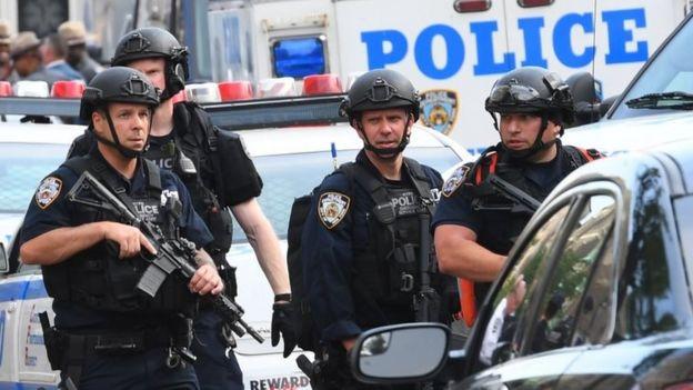 Agentes de la policía resguardan el lugar