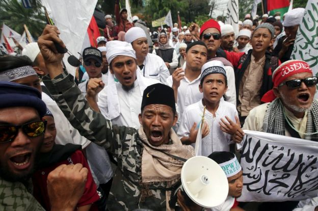 Indonesian Muslim protesters react as Jakarta's governor Basuki Tjahaja Purnama is sentenced to two years in jail for blasphemy, outside the North Jakarta District Court in Jakarta, Indonesia, 9 May 2017.