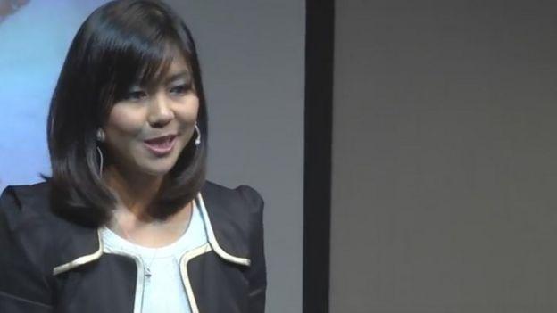 Cheryl Yeoh durante una charla de TED talk en 2013