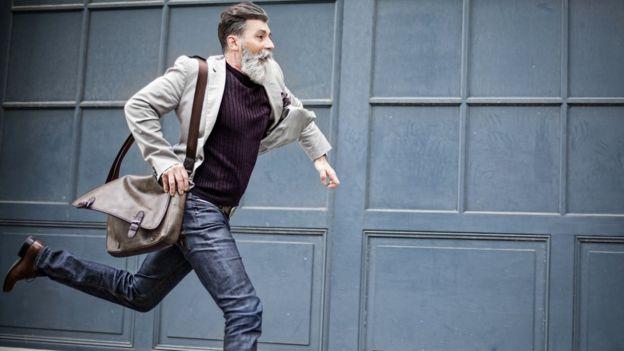 Homem correndo com pressa
