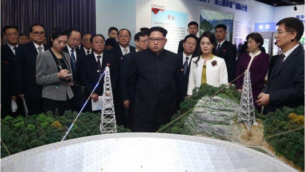 """金正恩还参观了""""率先行动 砥砺奋进——十八大以来中国科学院创新成果展""""。"""