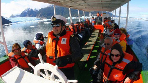 Turistas em passeio nas geleiras do sul do Chile
