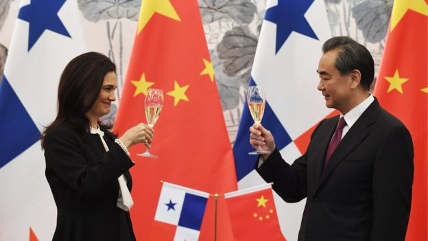 Panama's Vice President and Foreign Minister Isabel de Saint Malo (L)and Chinese Foreign Minister Wang Yi drink a toast after signing a joint communiqué on establishing diplomatic relations, in Beijing on June 13, 2017