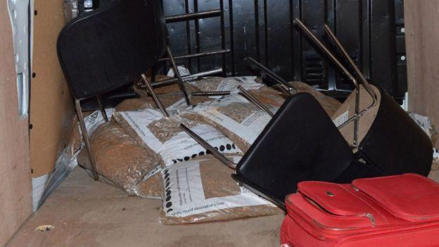 Saldırganların aracının arkasındaki çakıl torbaları