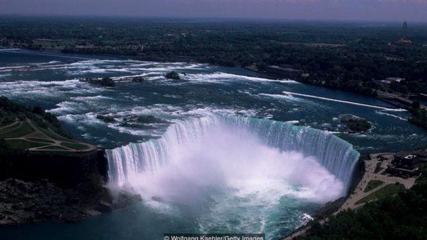 Thác Niagara, cách Toronto 128 km về phía nam, là điểm du lịch dễ tới