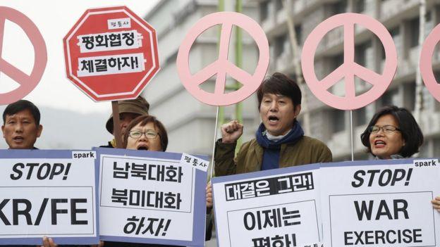 Sul-coreanos protestam contra exercícios militares realizados em conjunto com os EUA