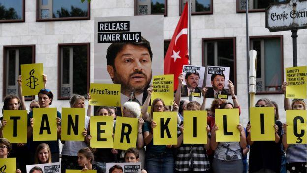 Af Örgütü'nün Taner Kılıç'ı 15 Haziran 2017'de Berlin'deki Türk Büyükelçiliği önünde serbest bırakmak için eylemciler kampanyasında bulundu